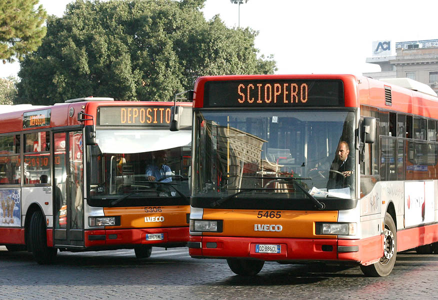 In strada meno 50% bus, disagi a Napoli
