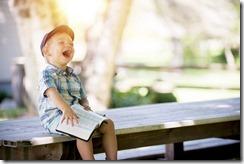 petit-garçon-heureux-qui-lit