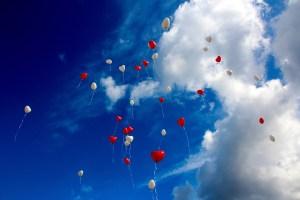 ballons en forme de coeur dans le ciel