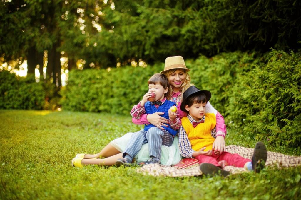maman et enfants dans l'herbe