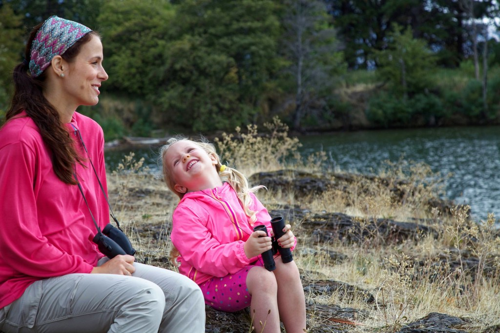 une maman et sa fille observant la nature, la base d'une éducation à l'écologie
