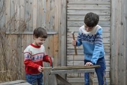 L'autonomie s'apprend dès tout petit.  Un enfant travaillant avec des marteaux.
