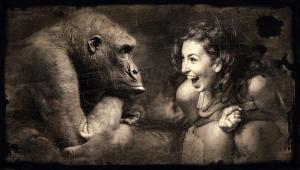 Un singe et une femme qui rigolent