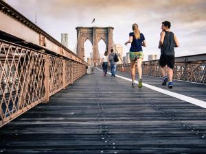 Joggeurs courant sur le pont de Brooklyn