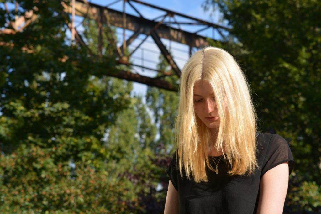 Jeune fille blonde timide à l'extérieur