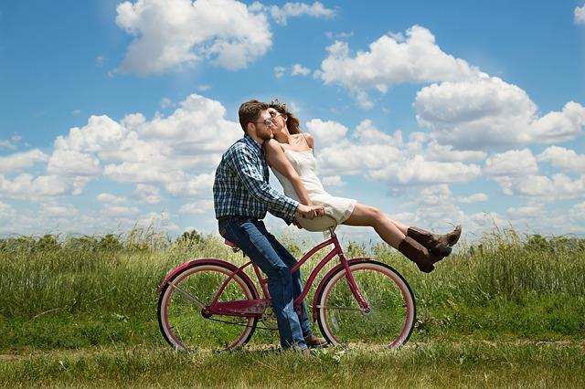 un couple sur un vélo en campagne
