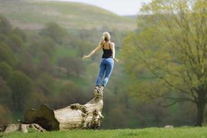 Femme s'élançant vers le ciel