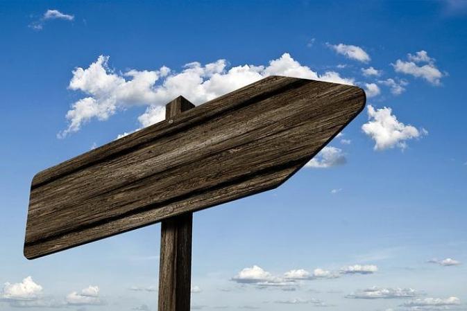 Un panneau de signalisation vide pour y mettre les conseils à suivre