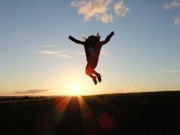 Personne sautant dans les airs