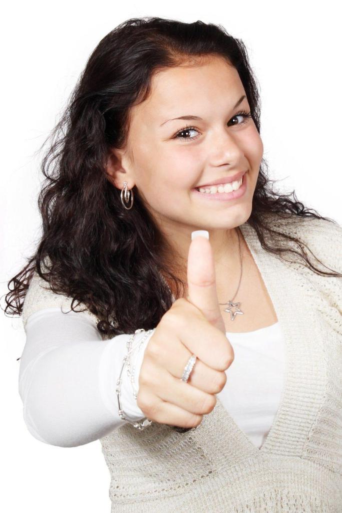 Une fille joyeuse avec un pouce levé vers le haut