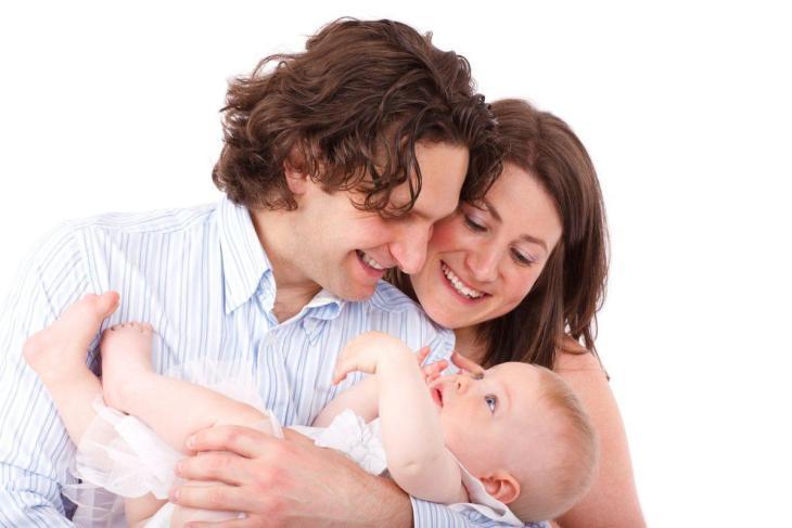 Des parents tenant leur bébé