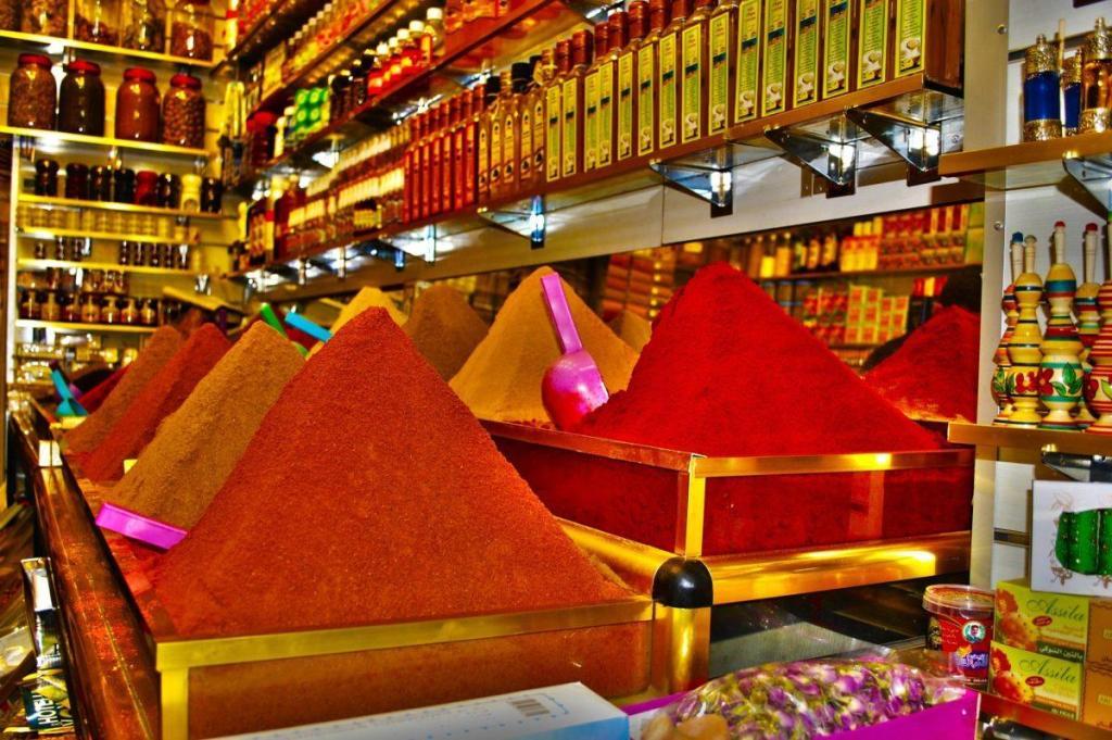 Des épices du Maroc sur un étal de marchand
