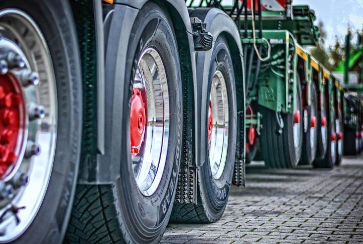 Des roues de camions sur l'asphalte