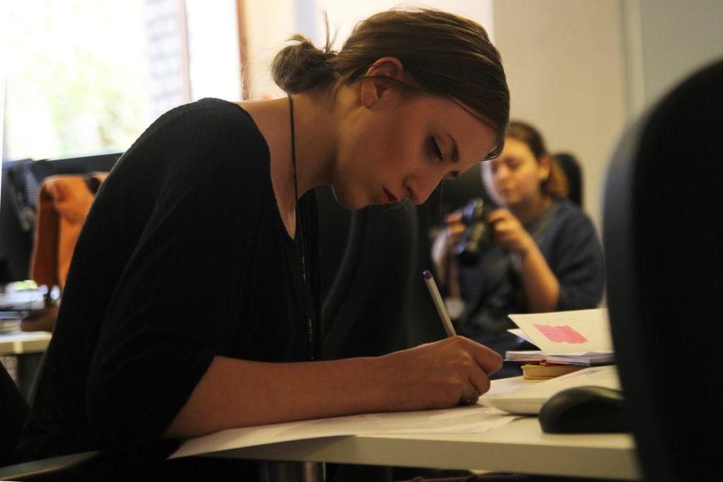 Une jeune femme travaillant en bureau