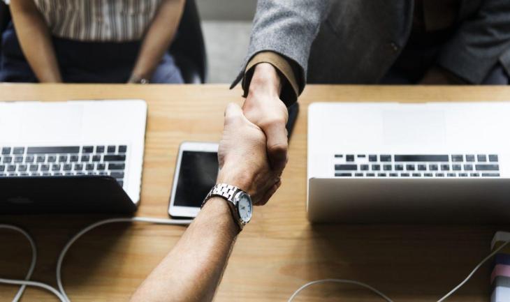 Deux personnes se serrant la main