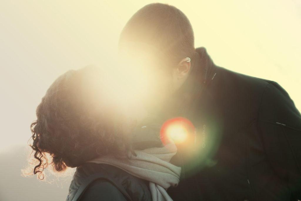 Un couple qui s'embrasse dans un rayon de soleil