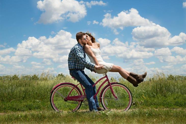 Un couple sur un vélo en pleine campagne