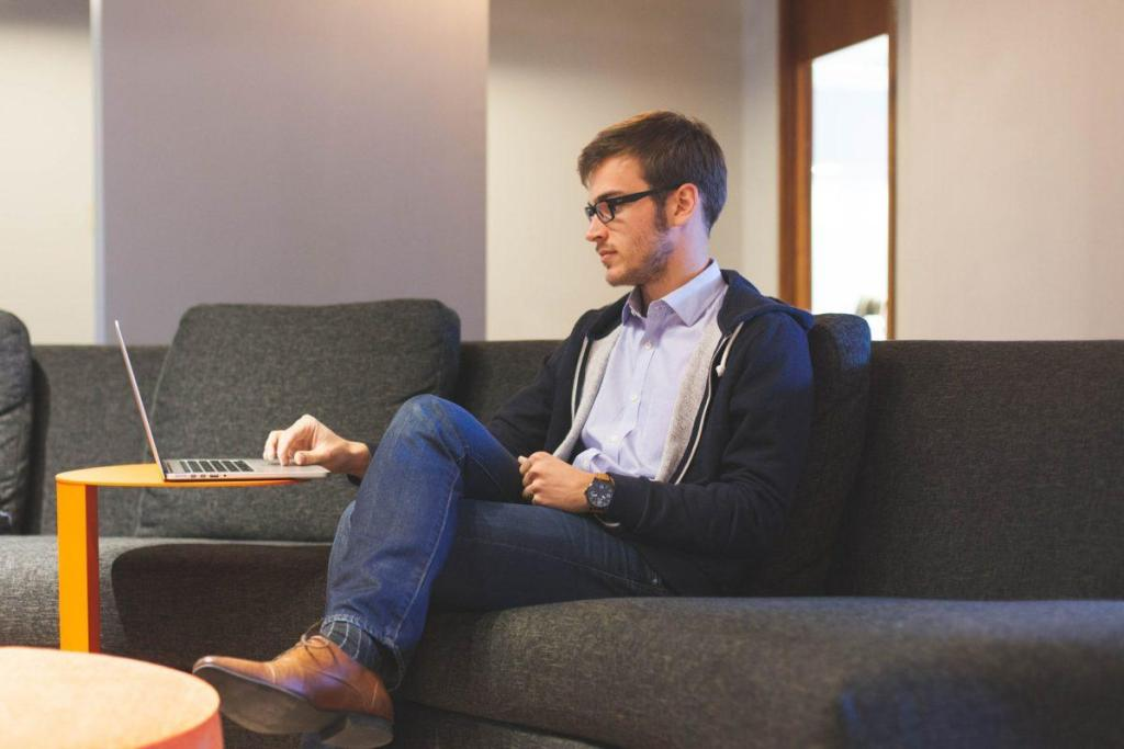 Un collaborateur travaillant sur ordinateur