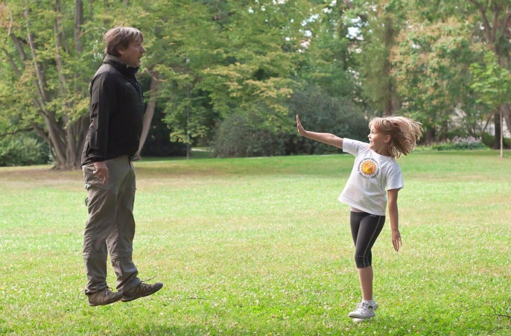 Un homme en lévitation avec une fille utilisant son don de télékinésie