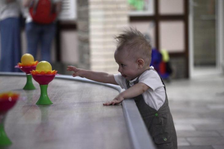 Un enfant s'essayant à la télékinésie