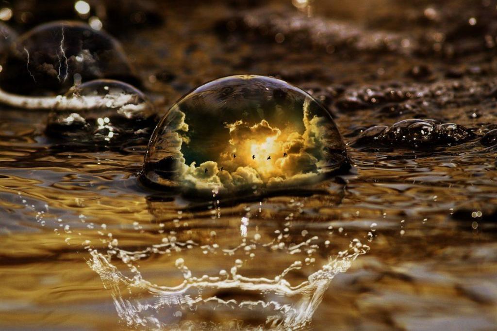 Des bulles dans l'eau avec le reflet du soleil