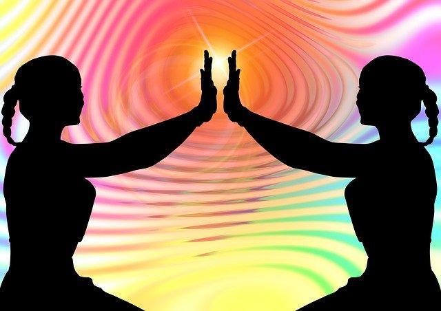 Deux personnes qui prient