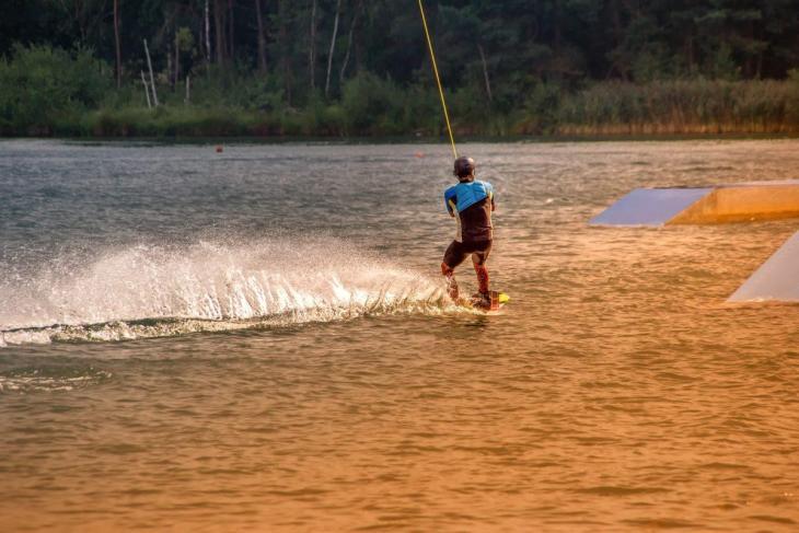 Un homme sur un wakeboard