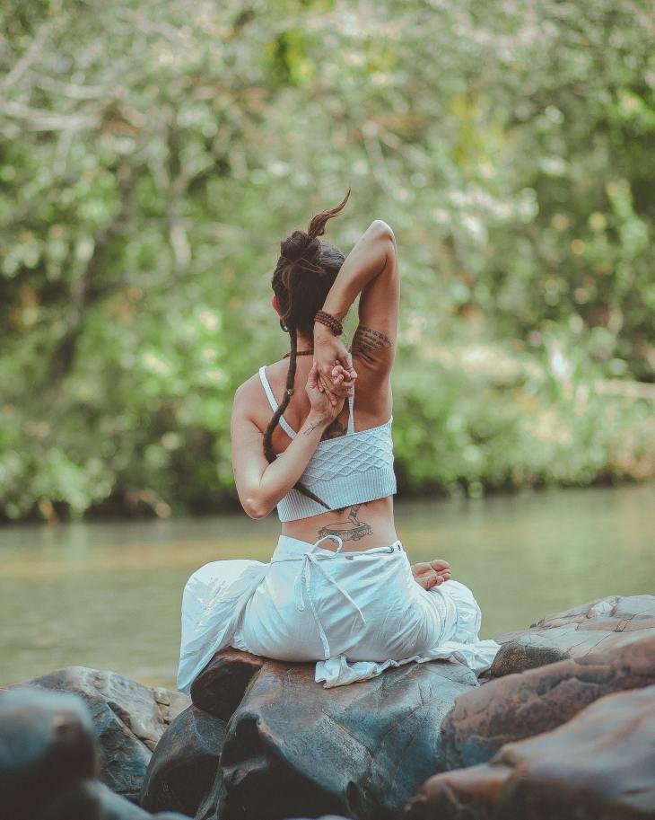Une personne en méditation au bord de l'eau