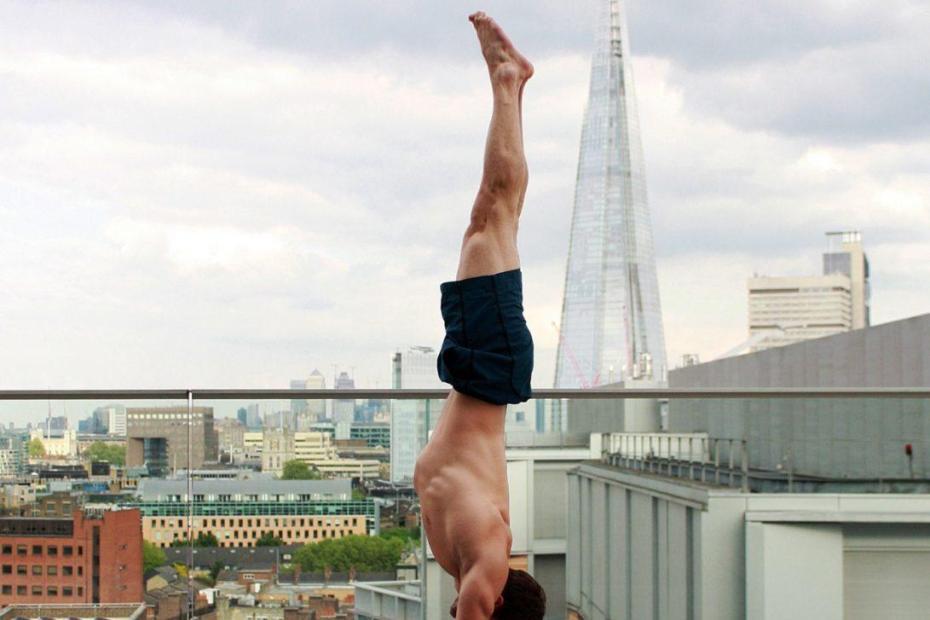 Un homme en méditation à Londres