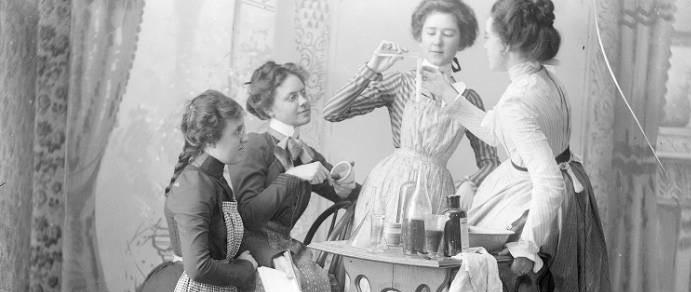 Женщины демонстрируют химический эксперимент, 1900 / Public Domain