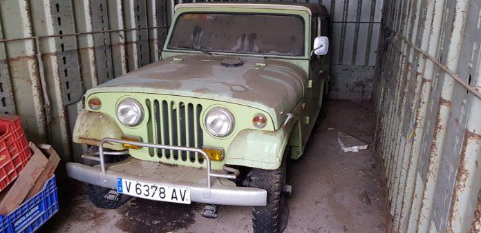 Jeep Comando Verde Coches alquiler coches de escena vehiculos de escenacoches para alquilar coches clasicos film car cesion de coches  scaled - Alquiler coches clásicos para rodajes y eventos.
