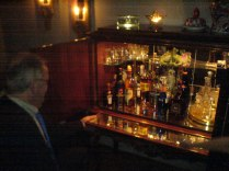 Januari, 2006. Pappa sitter vid barskåpet. Som jag nu har hos mig. Tyvärr inte lika välfyllt.