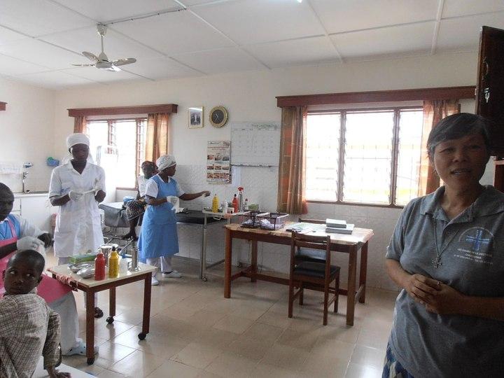 A basic hospital room with a variety of nurses