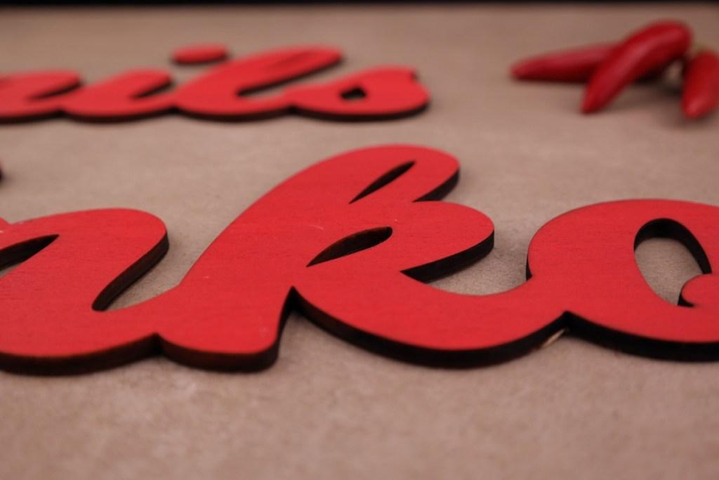 Dekoration Individueller Schriftzug aus Holz Rot