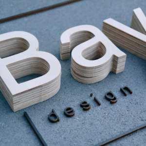 Logo aus Holz oder Acrylglas: Buchstaben, Zahlen & mehr