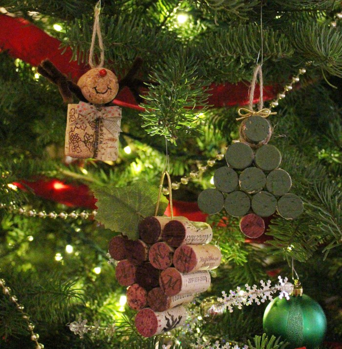 cork ornaments reindeer Christmas tree grapes easy craft