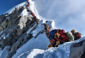 "Eighth Icelander Reaches Everest Peak Amidst Seasonal ""Traffic Jam"""