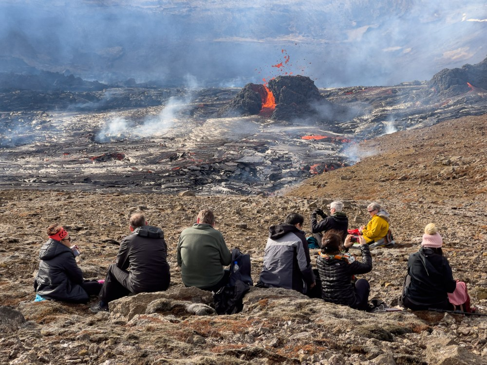 Geldingadalsgos' Crater Now Drops Lava Bombs