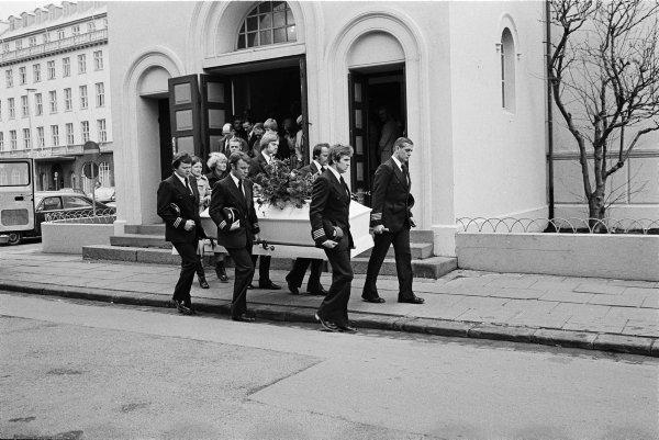 Apríl 1978, útför Vilhjálms Vilhjálmssonar söngvara og flugmanns. Líkmenn bera kistu Vilhjálms úr Dómkirkjunni.