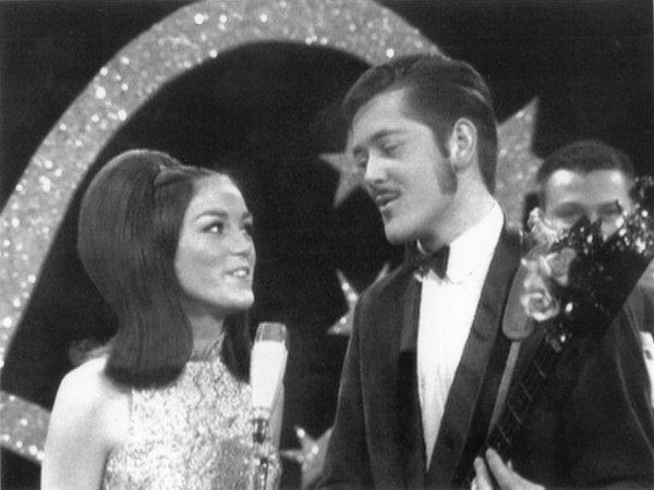 Um 1970, Þuríður Sigurðardóttir söngkona og Vilhjálmur Vilhjálmsson söngvari syngja saman.