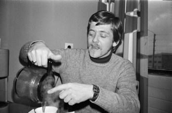 Mars 1976, Vilhjálmur Vilhjálmsson söngvari og tónlistarmaður hellir kaffi í bolla.