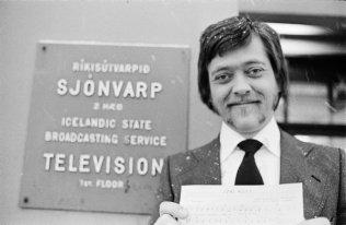 Desember 1976, Vilhjálmur Vilhjálmsson söngvari og flugmaður við anddyri Ríkisútvarpsins - Sjónvarpsins.