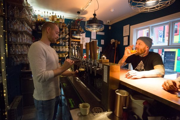 A picture of a Bar tender pouring an Icelandic Craft beer