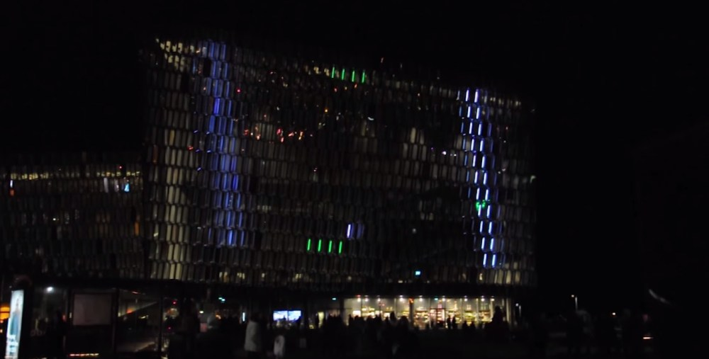 VIDEO: World's Largest Game Of Pong – Playing Pong On Harpa's Façade