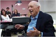 Kurnow, 96, talks to his statistics students (courtesy of topics.nytimes.com)