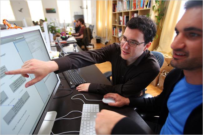 Eric Ries (trái), và Farbood Nivi of Grockit, một mạng lưới giáo dục trực tuyến. Ông Ries cho biết, các công ty phải tạo được sản phẩm có thị trường thật sự.