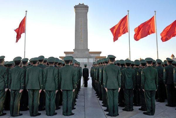 天安门广场的警察。中国与西方媒体的较量似乎到了关键时刻。