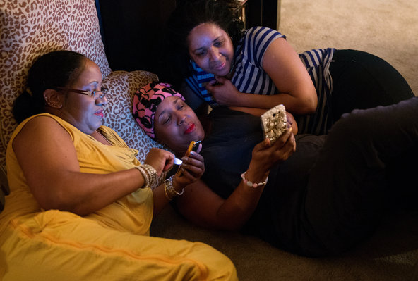 Debrah Reid, 59, center, in 2013, relaxed with her sister, Audrey Anderson, left, and friend Travia Davis, at her home in Memphis. Ms. Reid was given a breast cancer diagnosis in 2013 and was featured in an article on racial disparities in breast cancer that year. Ms. Reid died in May 2015 from the disease.