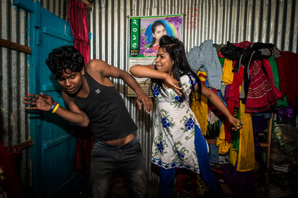 11 Impactful Pictures Of The Kandapara Brothel In Bangladesh (4)