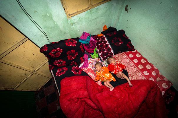11 Impactful Pictures Of The Kandapara Brothel In Bangladesh (7)